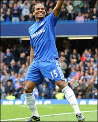 Tiền vệ cánh Florent Malouda vừa ký hợp đồng bốn năm với Chelsea
