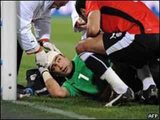 حارس مرمى الفريق المصري في مباراته مع الفريق الأمريكي، 21 يونيو/حزيران 2009