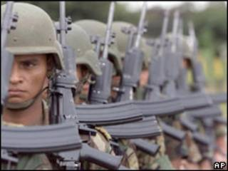 Soldados colombianos perfilados para a guerra contra as drogas (foto de arquivo)