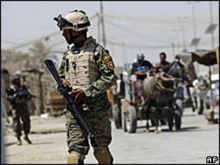 Soldado estadounidense patrullando en Ciudad Sadr, 24 junio 2009