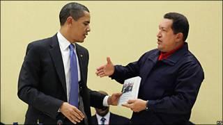 Hugo Chávez (izq.) le entrega un libro a Barack Obama (der.). Hugo Chavez gives a book to Barack Obama.