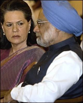 سونیا گاندی، رهبر حزب کنگره ملی هند در کنار مانموهان سینگ