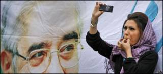 Joven iraní filma con su teléfono celular una movilización opositora