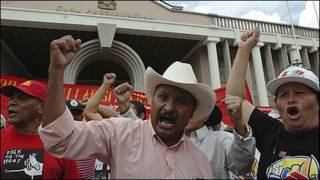 Simpatizantes del presidente hondureño Manuel Zelaya frente a la casa presidencial