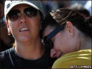 Fãs de Michael Jackson choram a morte do cantor em Los Angeles, nesta quinta-feira (Getty Images)
