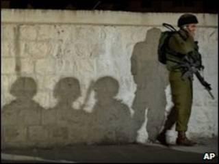 جندي اسرائيلي في نقطة تفتيش