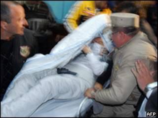 Traslado en camilla de Augusto Sabino Montanaro, ex ministro del Interior de Paraguay.