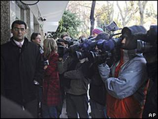 Periodistas a las puertas de la casa de Chapur