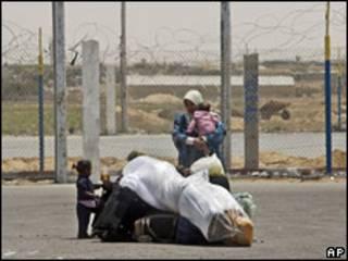 فلسطينية بالقرب من نقطة عبور في غزة