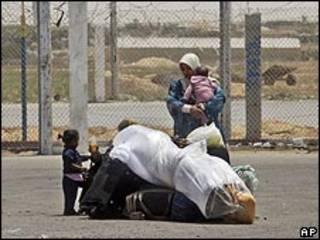 عائلة فلسطينية عند المعبر