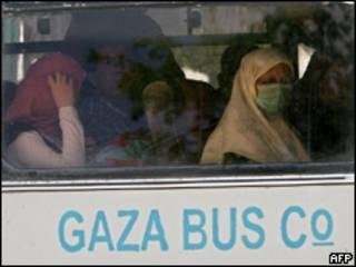 Palestinas aguardam em ônibus para cruzar a passagem de Rafah
