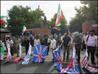 Estudantes protestam em frenta à embaixada britânica em Teerã