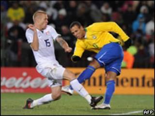 Luis Fabiano chuta para marcar o primeiro gol do Brasil