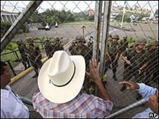 Manifestantes protestam contra deposição de Zelaya em frente ao palácio presidencial em Tegucigalpa