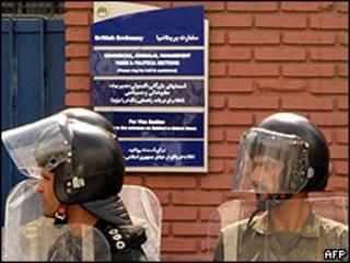 Policía iraní frente a la embajada británica en Teherán / Foto de archivo