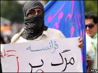متظاهر ايراني خارج مبنى السفارة البريطانية بطهران