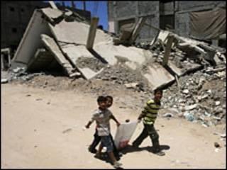 Crianças passam pelo campo de refugiados de Rafah, na Faixa de Gaza