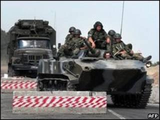 Экипаж российской бронемашины в Южной Осетии (фото 9 августа 2008 года)
