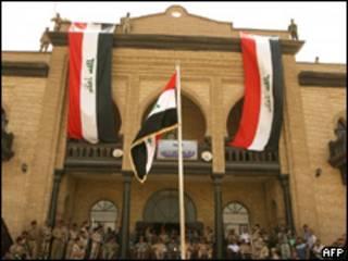 Acto militar frente al Ministerio iraquí de Defensa