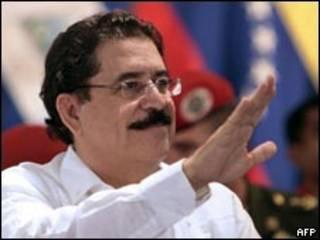 O presidente deposto de Honduras, Manuel Zelaya, durante encontro de emergência da Alba no último domingo (AFP)