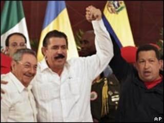 O presidente deposto de Honduras, Manuel Zelaya (no centro), entre o presidente cubano Raúl Castro (esq.) e o venezuelano Hugo Chávez , em reunião do SICA, nesta segunda-feira (AP)
