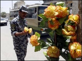 جندي عراقي يحتفل بانسحاب القوات الامريكية