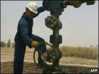 عامل في مصفاة نفط عراقية