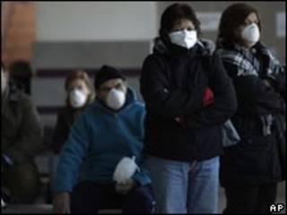 Argentinos usam máscaras para prevenir gripe suína. Foto: AP