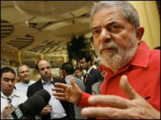 O presidente Luiz Inácio Lula da Silva concede entrevista coletiva à imprensa estrangeira ao desembarcar em Trípoli, capital da Líbia, nesta terça-feira (Foto: Ricardo Stuckert / PR)