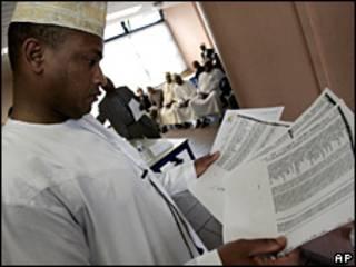Un funcionario lee la lista de pasajeros