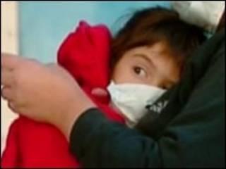 Criança argentina usando máscara
