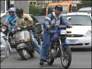 Motorizados en medio del tráfico
