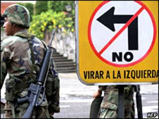 Soldado hondureño cerca de la Casa Presidencial