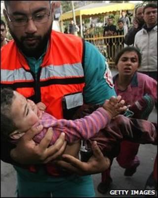 Criança palestina ferida é levada a hospital Kamal Adwan (janeiro de 2009)