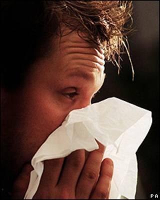 Hombre con gripe (foto de archivo)
