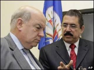 O secretário-geral da OEA, José Miguel Insulza (esq.), e o presidente deposto de Honduras, Manuel Zelaya, após encontro da OEA em Washington, na última quarta-feira (AP)