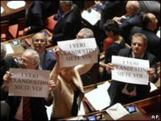 Deputados de oposição protestam contra aprovação da lei