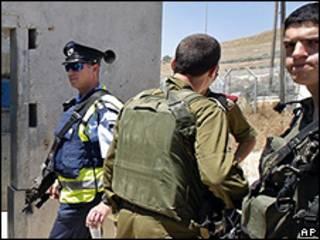Soldados israelenses em ponto de checagem de Nablus, na Cisjordânia