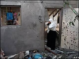 فتاة في منزل مهدم في قطاع غزة