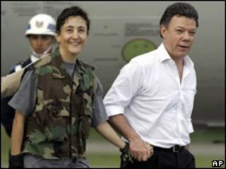 Ingrid Betancourt, tras ser liberada, y Juan Manuel Santos, entonces ministro de Defensa de Colombia (foto de archivo).