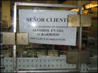 Cartel anunciando la falta de mascarillas y alcohol en gel.