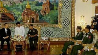 Ông Ban ki moon ( bên trái) hội đàm với tướng Than Shwe