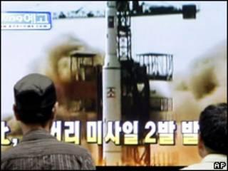 Sul-coreanos assistem pela televisão a imagens sem data de lançamento de míssil norte-coreano (AP, 2/7)