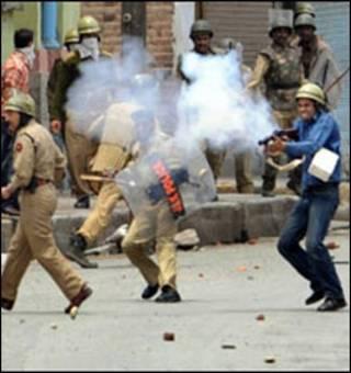 कार्रवाई करती कश्मीर पुलिस