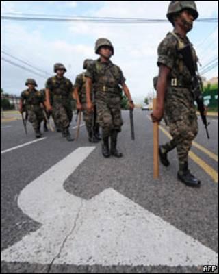 Exército patrulha a avenida João Paulo 2º em Honduras, no sábado