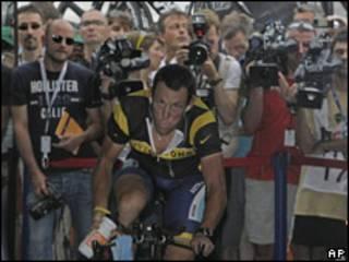 Lance Armstrong, ciclista estadounidense, en la largada del Tour de Francia.