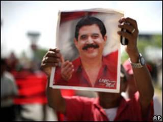 أحد أنصار الرئيس المخلوع يرفع صورته أثناء مسيرة تأييد (04/07/09)