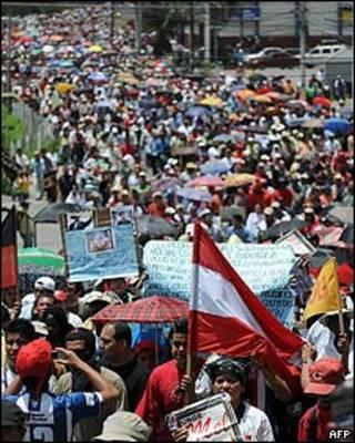 Seguidores de Zelaya marchan hacia el aeropuerto de Toncontin en Tegucigalpa