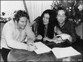 Allen Klein junto a John Lennon y Yoko Ono
