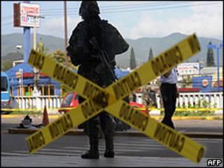 Soldado hondurenho patrulha aeroporto de Tegucigalpa